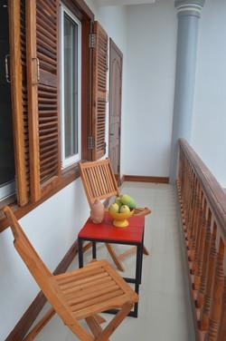 Le balcon avec vue sur la piscine.