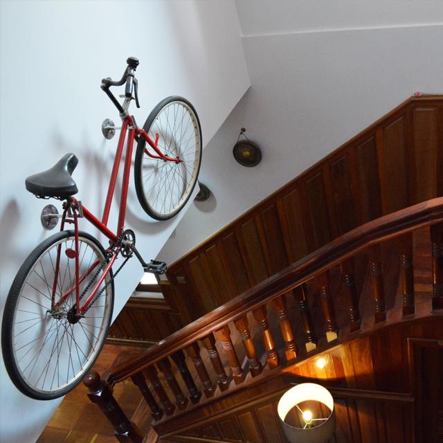 """L'escalier et son """"vélo suspendu""""."""