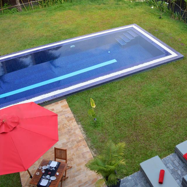 Vue de la chambre sur la piscine.