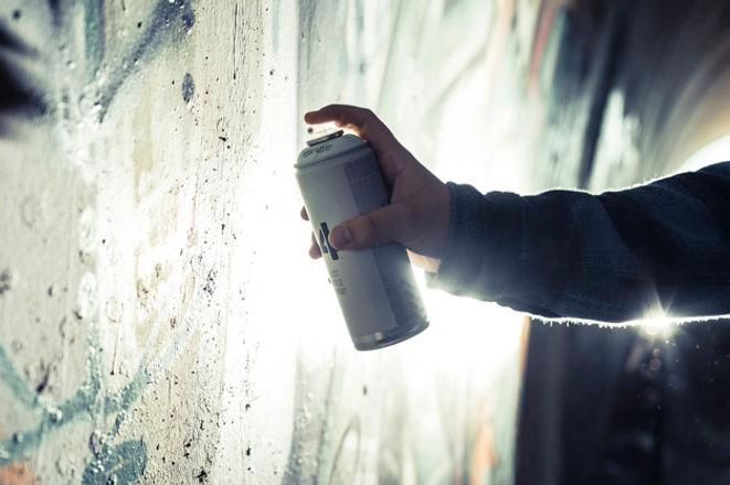 gros-plan-main-personne-peinture-graffit