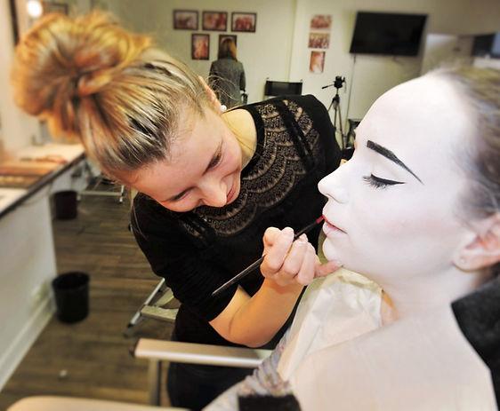 Ceci est une photo de moi en train de faire un maquillage sur le theme Geisha