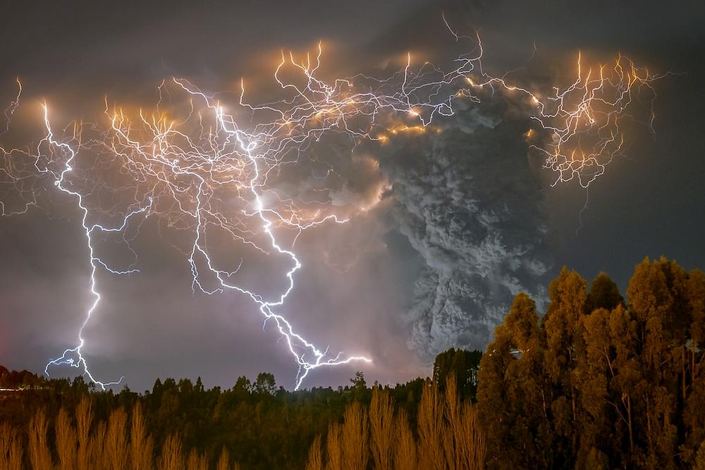 """""""El Cordón Caulle II"""" von Francisco Negroni. Zweiter Platz, Die Schönheit der Natur. """"Im Jahr 2011 wurde ich Zeuge eines unglaublichen schmutzigen Sturms, der während der wütenden Eruption des Cordón Caulle in der Region der Flüsse in Chile auftrat. Es war ein Sturm, der Tausende von Menschen, die in Gebieten in der Nähe des Vulkans lebten, in Angst und Schrecken versetzte. Hunderte von Menschen wurden evakuiert, und durch das Aschenbegräbnis brachen viele Kilometer Wald und Felder aus""""."""