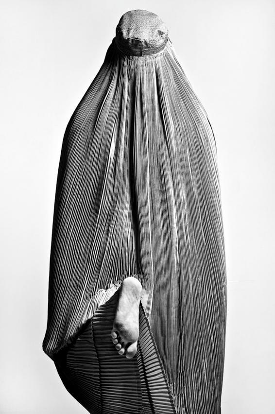 """""""Taboo"""" von Fattah Zinouri. Zweiter Platz, Faszinierende Gesichter und Charaktere. """"Dieses Foto habe ich in meinem Heimstudio im Iran aufgenommen, während ich an einem Filmprojekt über im Iran lebende afghanische Einwanderer arbeitete. Es war das erste Mal, dass ich persönlich Zeuge wurde, wie jemand eine Burka trug. Was mir sofort auffiel, als ich diese Frau sah, war, dass ich außer ihren Fußsohlen keinen Teil ihres Körpers sehen konnte, während sie lief. Da ich dieses Foto mit """"Taboo"""" beschriftet habe, ist die Botschaft, die ich damit zum Ausdruck bringe, eine Botschaft der Rebellion""""."""