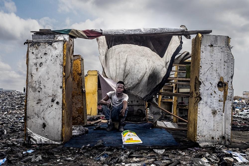 """""""Burning Dreams"""" von Carolina Rapezzi. Dritter Platz, Storyboard. """"Trotz der Basler Konvention - 1992 in Kraft getreten und darauf ausgerichtet, den Handel mit gefährlichen Abfällen aus entwickelten Ländern in weniger entwickelte Länder zu reduzieren und zu verhindern - hat sich der Agbogbloshie Schrottplatz in Accra, Ghana, zu einer der größten Freiluftdeponien für Elektronikschrott weltweit entwickelt. Ausrangierte Geräte wie Telefone und Computer kommen als Gebrauchtwaren an, hauptsächlich aus Europa. Die meisten dieser Gegenstände sind jedoch nicht mehr zu reparieren und werden am Ende demontiert und in Agbogbloshie verbrannt. Die Arbeiter verarbeiten diese Abfälle, um Rohstoffe wie Kupfer und Aluminium für den Wiederverkauf zu gewinnen. Der gesamte Prozess ist unreguliert, ohne jegliche Form von Gesundheits- und Sicherheitsvorkehrungen oder Umweltkontrollen""""."""