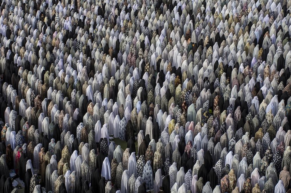 """""""Benediction"""" von Amirmahdi Najafloo Shahpar. Erster Platz, Reisen und Abenteuer. """"Muslimische Frauen beten für Eid al-Fitr (Letzter Tag des Ramadan) in Hamedan, Iran. An diesem Tag beten die Muslime für diesen Tag, um das besondere Gebet zu feiern""""."""