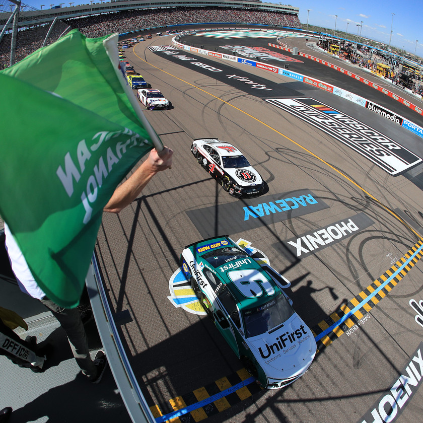Chase Elliott, driver of the #9 UniFirst Chevrolet, leads the field during the NASCAR Cup Series FanShield 500 at Phoenix Raceway on March 08, 2020 in Avondale, Arizona. (Photo by Chris Graythen/Getty Images)