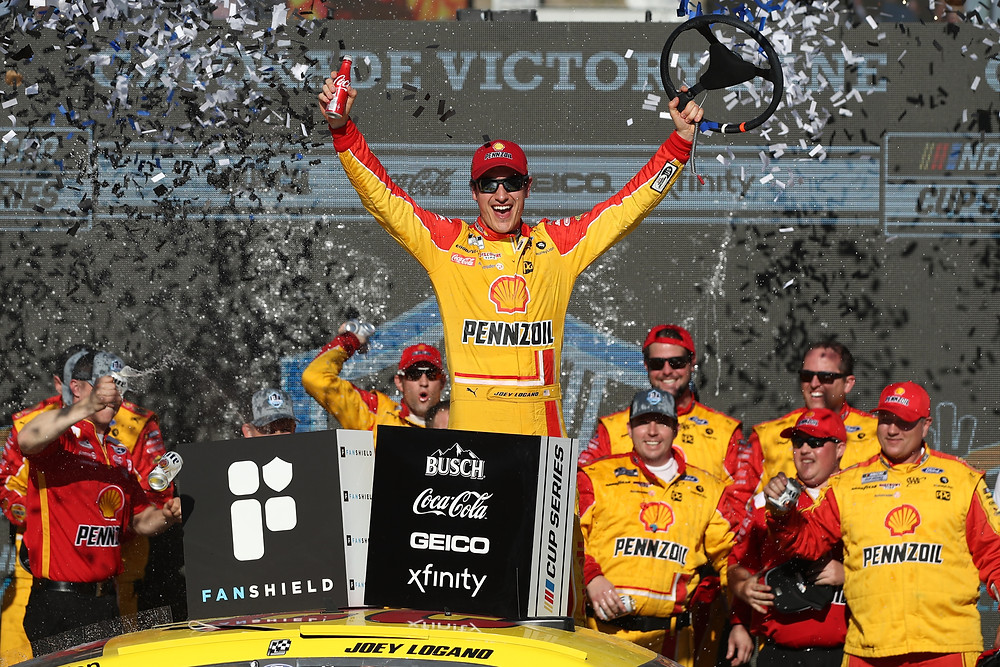Joey Logano, piloto del # 22 Shell Pennzoil Ford, celebra en Victory Lane después de ganar el FanShield 500 de la NASCAR Cup Series en Phoenix Raceway el 8 de marzo de 2020 en Avondale, Arizona. (Foto de Christian Petersen / Getty Images)