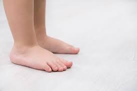Má vaše dítě plochou nohu?