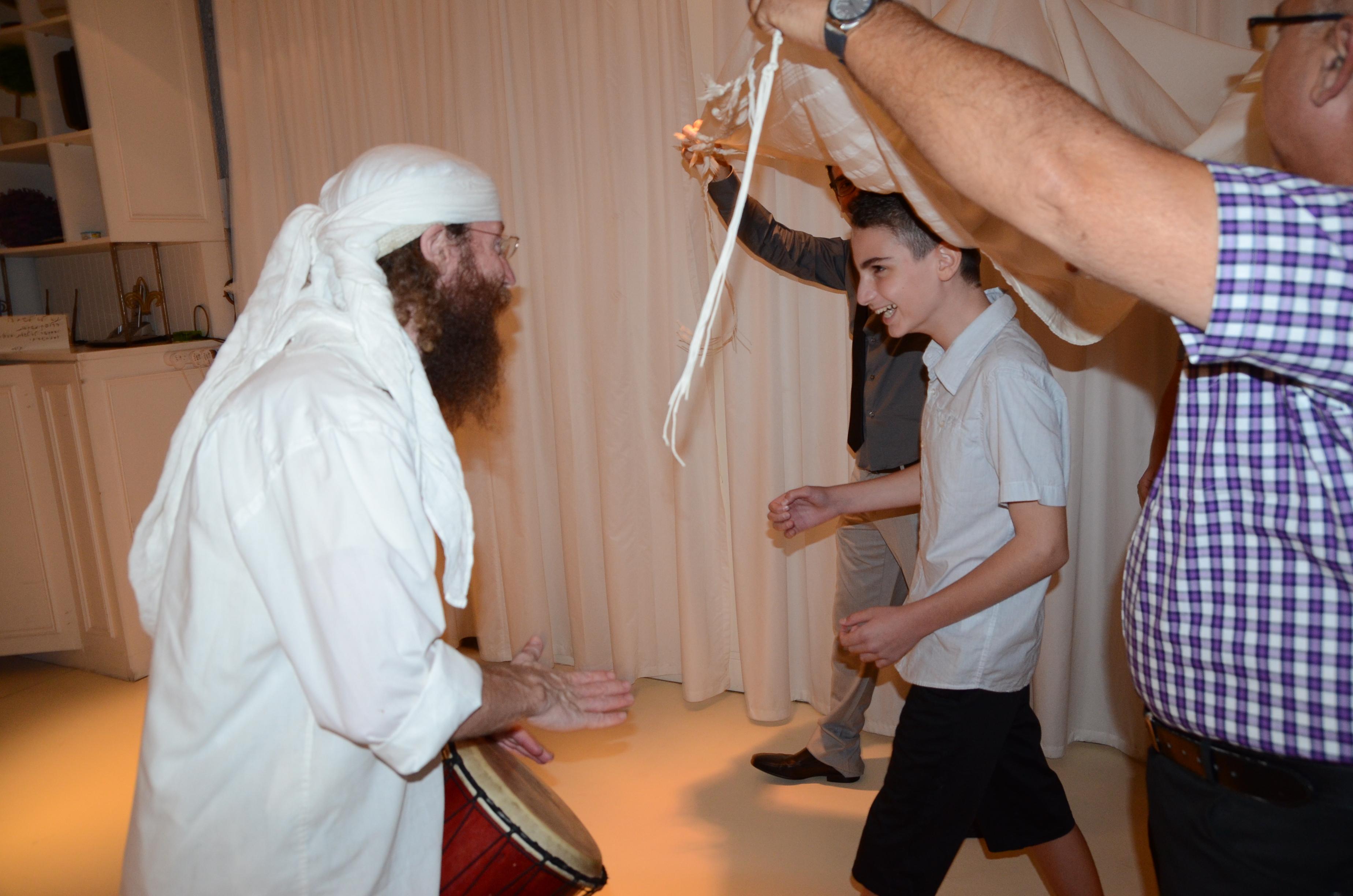 כניסה של הילד לאירוע בר מצווה