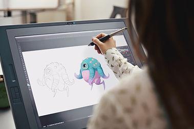 Mulher desenha ilustração digital