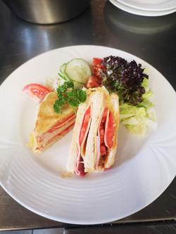 Kleiner Snack für Zwischendurch.Unser Schinken-Käse-Toast mit gem. Salat mit Joghurt Senf Dressing