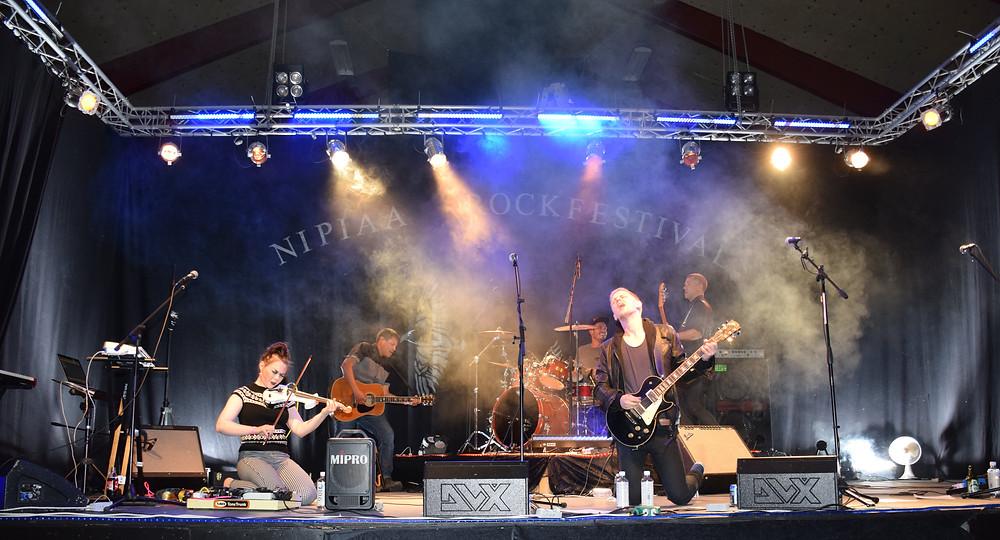 Inuit Feet spiller på Nipiaa Rockfestival
