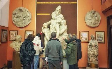 Gruppo in visita davanti alla Pietà Fiorentina