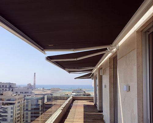 סוככי קסטה להצללה על גג בבית דירות