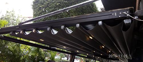 פרגולה חשמלית נאספת תלויה למסעדה