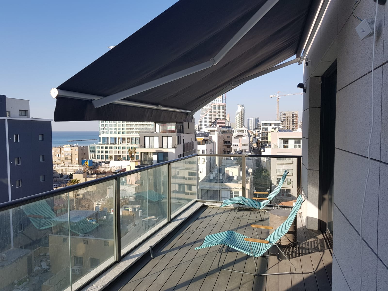 סוכך חשמלי למרפסת בבית דירות