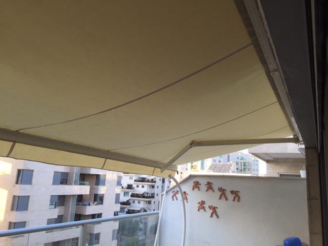 סוכך זרועות למרפסת בבניין מגורים