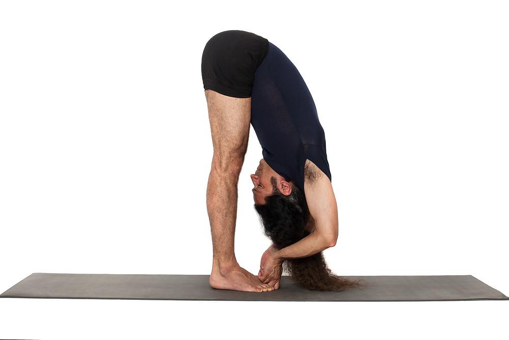 "Yoga in Bern at Yogveda Yoga. Learn to stretch the navel ""Nabhi Chakra"" in Forward Extensions."