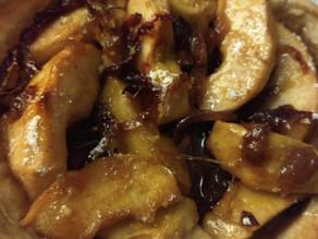 Tarte aux pommes, oignons rouges et épices