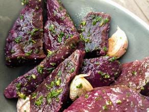 Patate douce violette, cuite en croûte au sel, sauce à l'ail et ciboulette