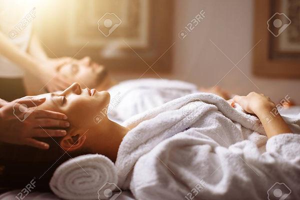 93407799-뷰티-스파에서-머리-마사지를받는-젊은-부부.jpg