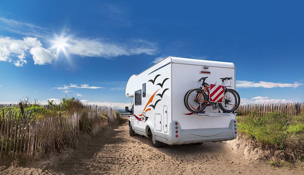 Plage, véhicule tourisme, vélos, soleil, camion aménagé