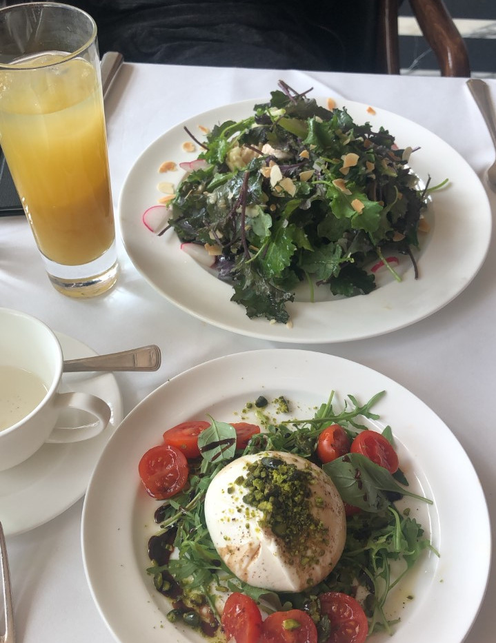 Kale salad with chicken and burrata