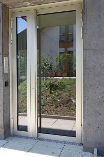 Hauseingangstüre aus isolierten Aluprofilen