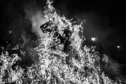 Um Cavaleiro Salta por cima de uma fogue