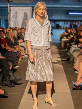 Košile s kapucí a sukně plisé