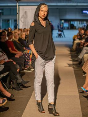 Tričko s kapucí a průstřihy + kalhoty NATY ND201207