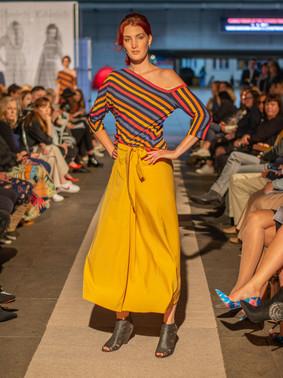 Top pruhy + žlutá sukně