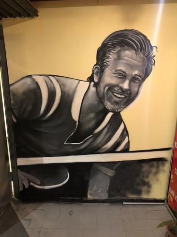 Брэд Пит играет в настольный теннис