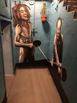 Боб Марли  играет в настольный теннис