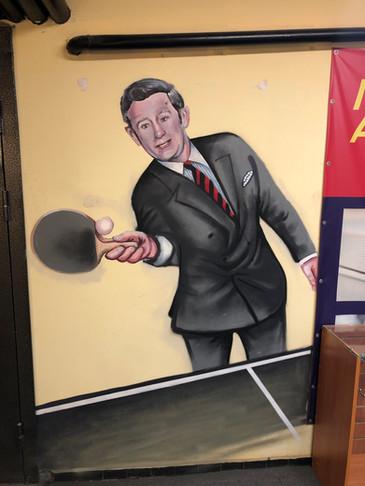 Джеймс Бонд  играет в настольный теннис