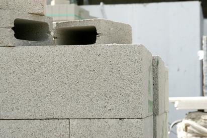 בחירה של חומרי הבניה לצורך עמידה בתקנים אקוסטיים