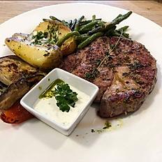 Vepřový steak s opečeným bramborem, grilovanou zeleninou