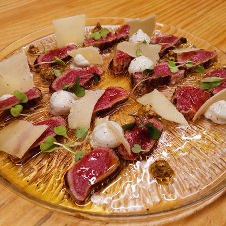 Tataki de llom baix de vedella madurada i mostassa, amb crema d'anxova de Roses i parmesà.