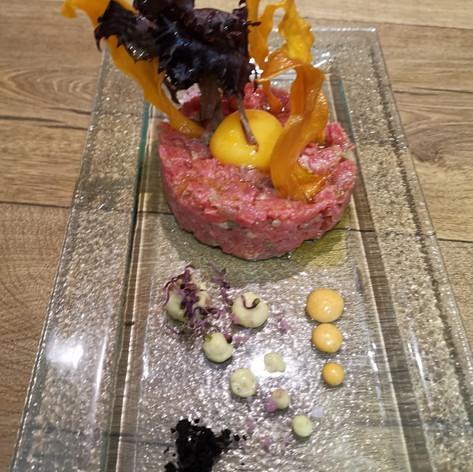 Steak tartar de vedella amb adobats, rovell d'ou i crema de mostassa