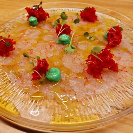 Carpaccio de gamba vermella amb emulsió de wasabi, bescuit de tomàquet i vinagreta cítrica.