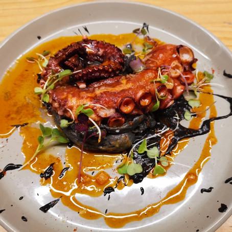 Pota de pop a l'estil Cal duran amb parmentier de mar i oli de pebre vermell.