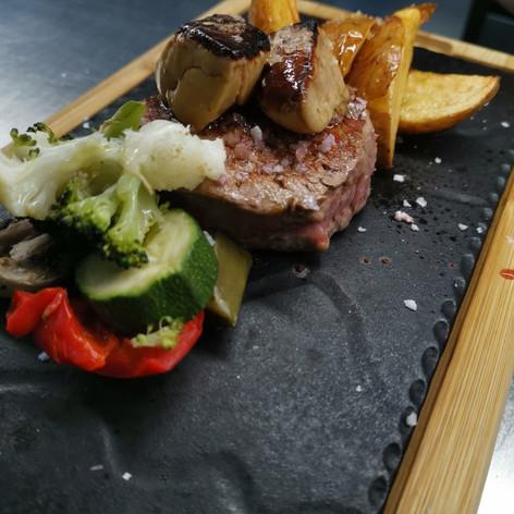 Medalló de filet de vedella amb foie i verdures