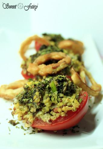 Tomates farcies au quinoa & beignets d'oignons