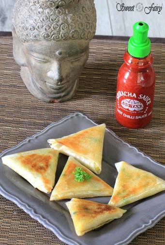 Samoussas indien accompagnés de sauce piquante sriracha