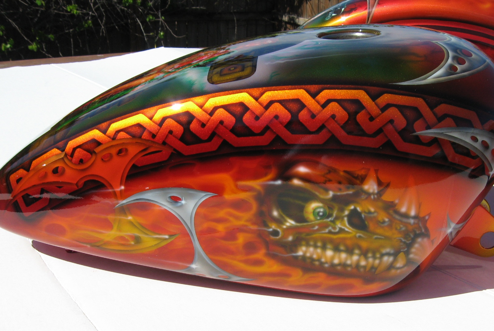 Harley-Davidson-Fantasy-True-Flame-Dragon-Skull-gastank