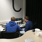 Zwei Mitarbeiter arbeiten an der Motion-Mining Technologie - Hardware.