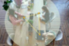 Drei Office Frauen arbeiten in geringere Abstände, die Geräte werden durch die Motion-Mining Tracing Solution getrackt um die Dauer und Abstand zu messen. Bei zu geringen Abstand in höhehre Zeitraum, werden die Nutzer gewarnt, um Corona (Covid-19) zu vermeiden. Three Office women work in smaller distances, the devices are tracked by the Motion-Mining Tracing Solution to measure duration and distance. If the distance is too small, the users are warned to avoid corona (Covid-19).