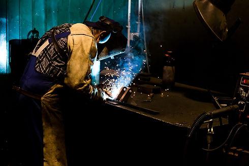 Produktionsarbeit Schweißen: Mit der Motion-Mining Technologie erzielen Sie gleichzeitig einen besseren Produktionsablauf und eine Produktionsoptimierung. Welding in production: With the Motion Mining technology you achieve a better production process and optimization.