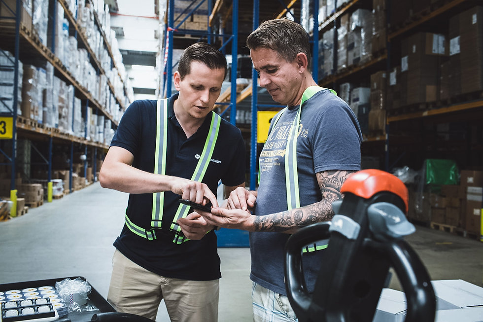 Ein MotionMiners Mitarbeiter erklärt dem Mitarbeiter die Effizienzanalyse