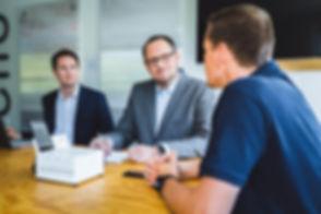 Sascha Feldhorst redet mit zwei Kunden über die Dienstleistung und Service Motion-Mining zur Prozessoptimierung. Sascha Feldhorst talks to two customers about service and service motion mining for process optimization.